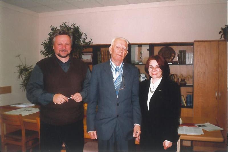 Николай Аврамчик с главным редактором газеты «Звязда» Владимиром Наркевичем и журналисткой Татьяной Подоляк (2004 год)