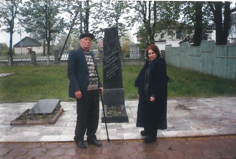 Около могилы внучки А. С. Пушкина Натальи Александровны.