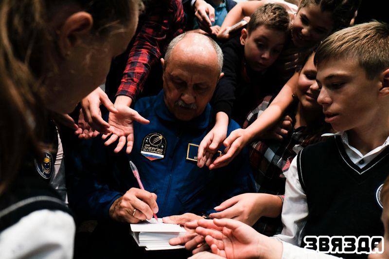 Российский космонавт Юрий Усачев не отказывал в автографе ни одному участнику встречи.