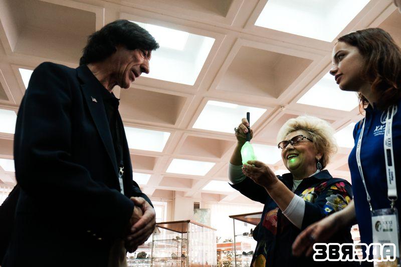 Для американского астронавта Марио Ранко провели экскурсию по Музею землеведения на географическом факультете БГУ и продемонстрировали коллекцию редких минералов.