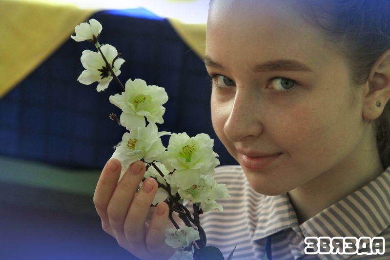 Памяшканні гімназіі ўпрыгожвалі веткі квітнеючай сакуры, якая з'яўляецца маляўнічым сімвалам Японіі і прыкметай вясновага часу.