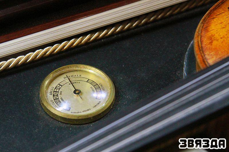 Спецыяльны футляр унікальнага інструмента, аснашчаны прыборам, які фіксуе стан навакольнага паветра.
