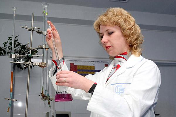 Чтобы убедиться, что питьевая вода дойдет до потребителя чистой и безопасной, специалисты проводят ее химический анализ.