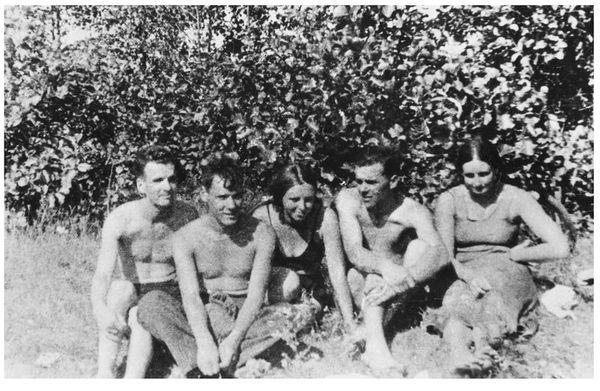 Злева направа: Віталь Філіповіч, Георгій Міцкевіч, Таісія Прозарава, Георгій Багіно, Маргарыта Прозарава. 1938 г.