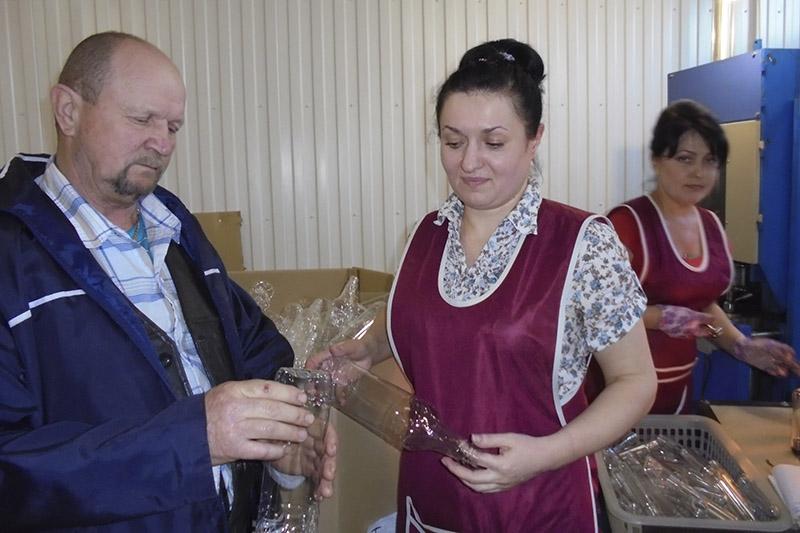 Леанід Крупко і работніцы Ірына Залатарова і Наталля Раманенка.