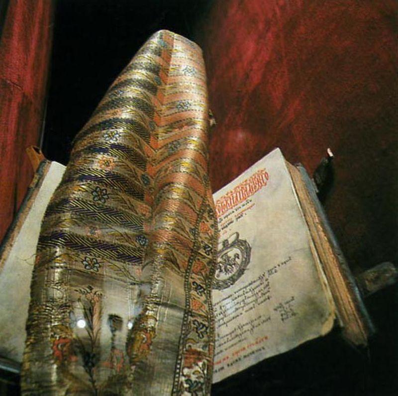Слуцкі пояс — цэнтральны элемент кампазіцыі адной з залаў музея. Фота з сайта museums.by