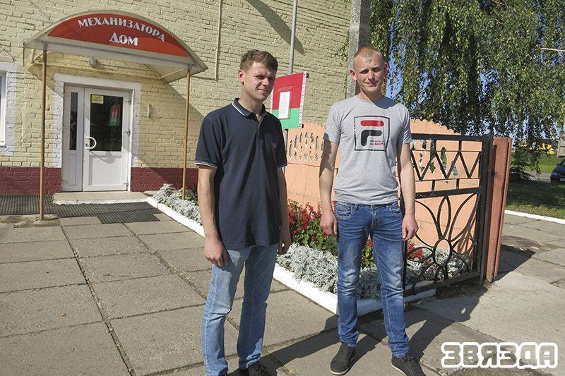 Сяргей Ванцэвіч (злева) і Дзмітрый Журыкаў працуюць у калгасе з задавальненнем.