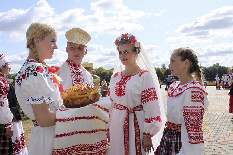 Прадстаўнікі Акцябрскага раёна рыхтуюцца абараняць свае строі на конкурсе нацыянальнага касцюмы.