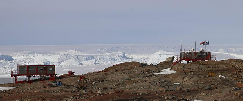 Беларуская антарктычная станцыя ў раёне гары Вячэрняя.