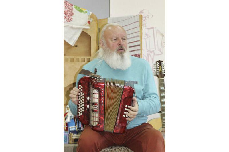 Публіка прызвычаілася бачыць Івана Кірчука —  музычнага вешчуна і магістра рытуалаў.  Але шматгранны музыка можа ўзяць у рукі  і звычайны гармонік ды завесці прыпеўкі.