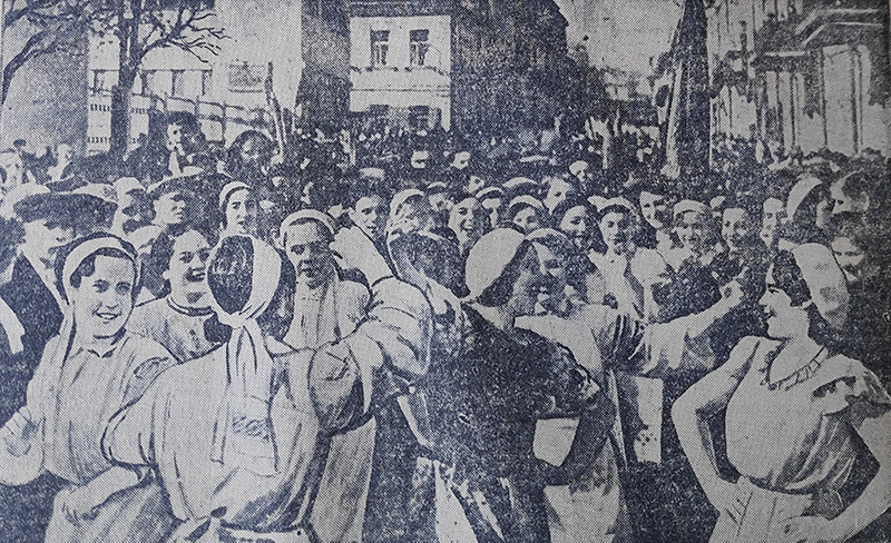 Празднование первого мая в Минске. Массовые танцы возле клуба имени Сталина (ныне перекресток Комсомольской и Революционной улиц). Фото: Г. Липкинда.