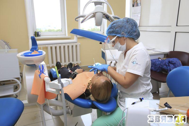 В прошлом году к белорусским стоматологам обратилось почти 12 тысяч иностранцев,  которые заплатили за их услуги около 1,3 миллиона долларов. Фото Анны Занкович.