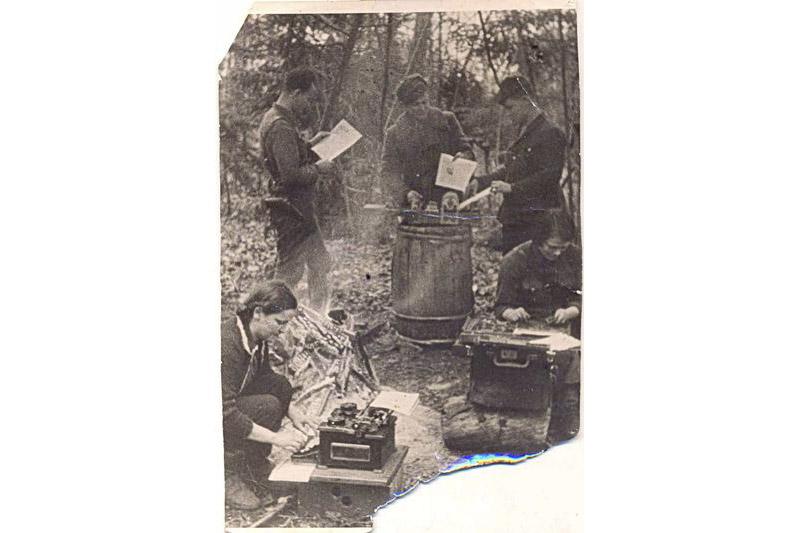 Стаяць (злева направа) галоўны рэдактар В. Калібераў, карэспандэнты А. Сіроцін і А. Прыпатнеў. Справа за наборнай касай сядзіць Н. Логвіна, за пішучай машынкай Н. Панамарова.