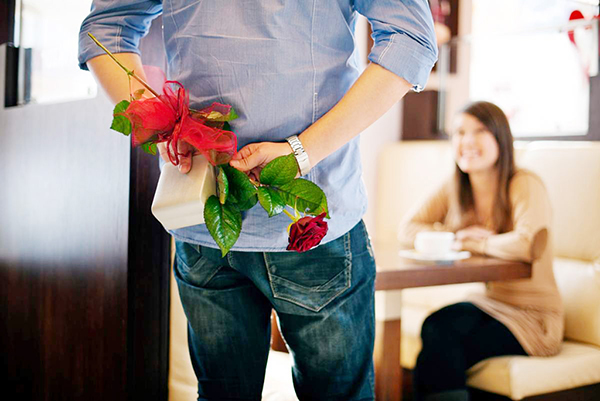 Какие мужчины дарят подарки женщинам 99
