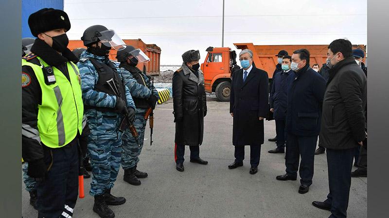 Президент Казахстана посетил блокпост на въезде в город Нур-Султан.