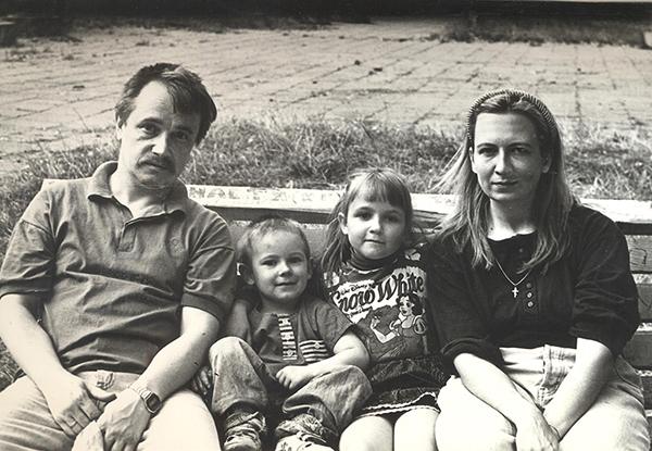 1996 год. Пісьменніцкая пара з дзецьмі, Максімам і Веранікай (сквер у Грушаўцы).