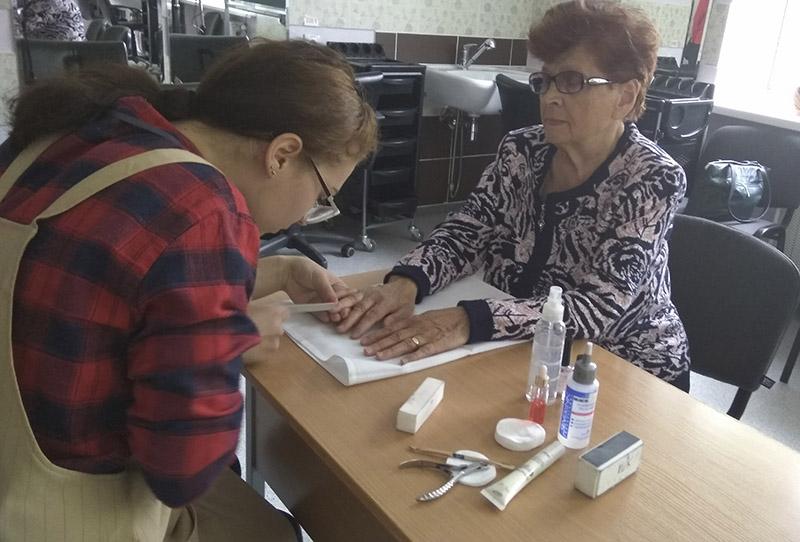 Навучэнка каледжа ЮляКалядзіч  робіць манікюр СвятланеІвановай.