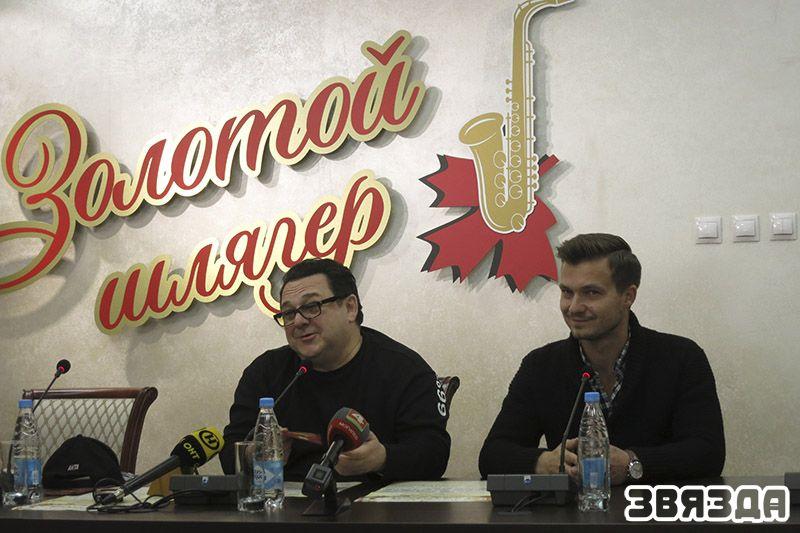 Игорь Саруханов вместе со своим продюсером Алексеем, который помогает ему обрабатывать старые песни на современный лад.