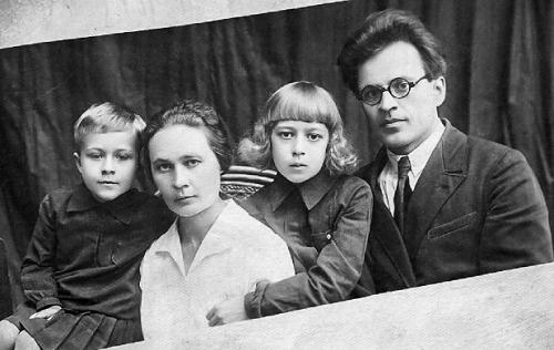 Адам Бабарэка з жонкай Ганнай, дочкамі Алесяй (злева) і Элеанорай.