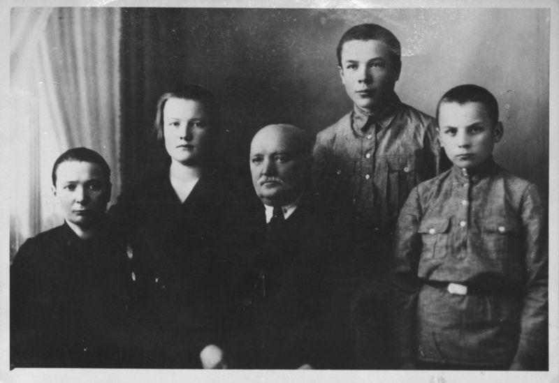 Браніслаў Эпімах-Шыпіла з сям'ёй сваякоў Гагалінскіх, 1912 г
