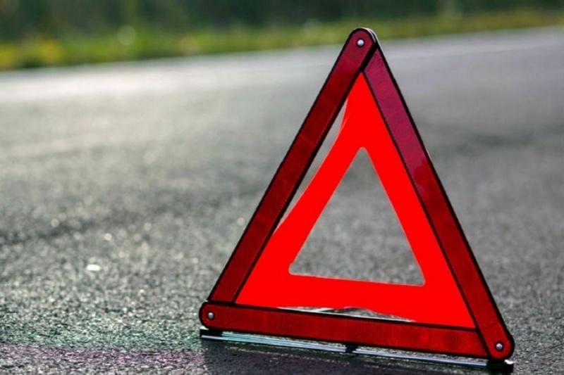 Женщину наостановке сбило колесом, оторвавшимся от фургона впериод движения
