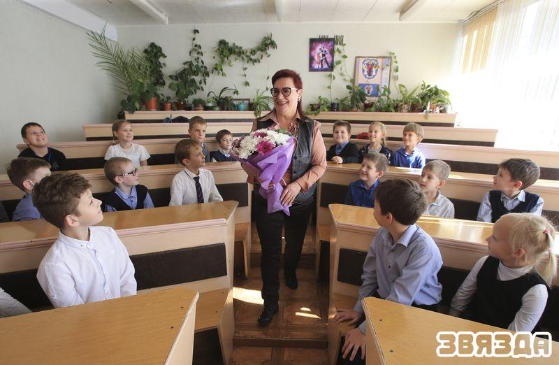 Алена Ільюшкіна з хорам вучняў пачатковых класаў «Кропелька».
