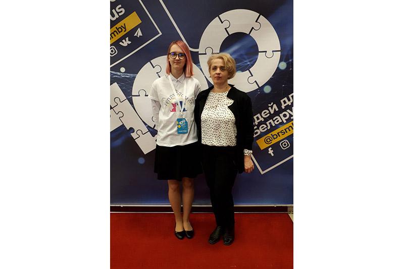 Адна з удзельніц праекта  Паліна Нітчанка і настаўніца біялогіі Людміла Паўлавец.