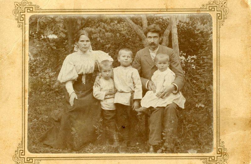 Сям'я Багдановічаў у Гродне ў 1895 г. Вадзім абдымае Максіма.