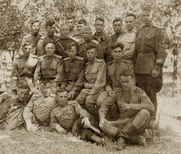Рыгор Булацкі (стаіць крайні справа) з баявымі сябрамі.