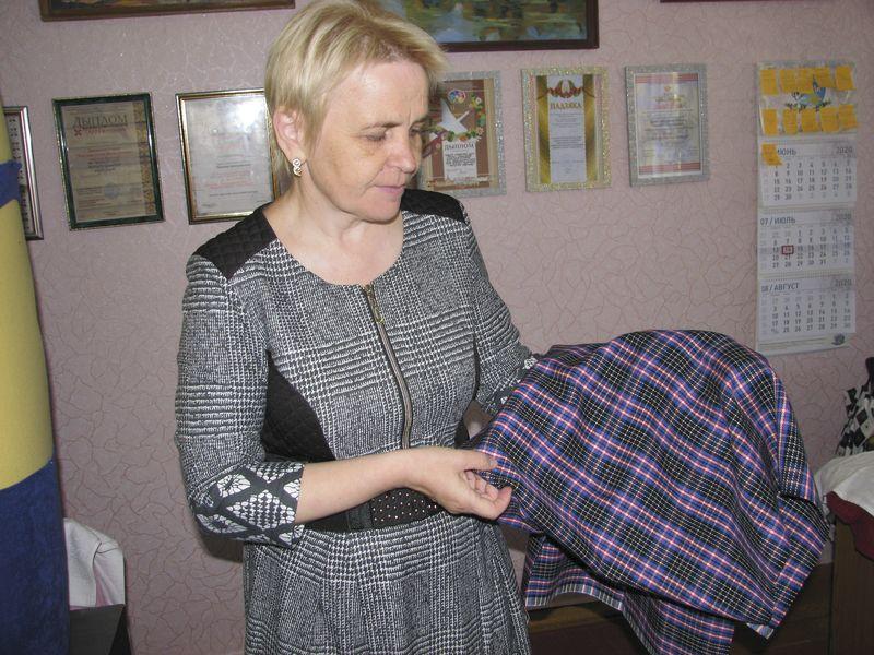 Наталля ГАРОДНІК паказвае тканіну, закупленую на хустку длявырабу асенне-зімовага строю Карэліччыны.