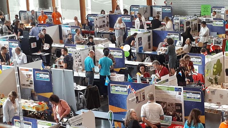 Главный гвоздь программы — двухдневная ярмарка педагогических идей: участники представляют свои проекты и эксперименты на стендах выставки. Под последние были отведены большие площади конгресс-холла.