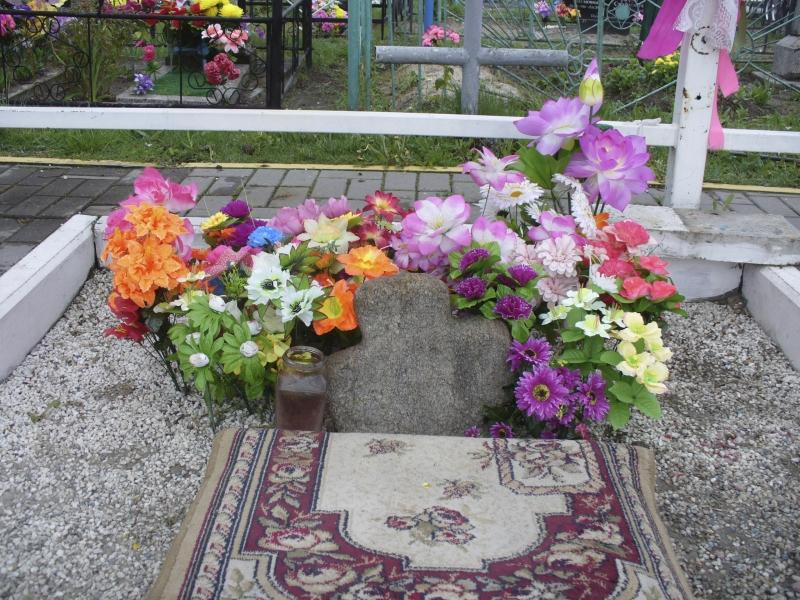 Каменный крест, который вырастает из земли на Борисоглебском кладбище. Май 2019 года