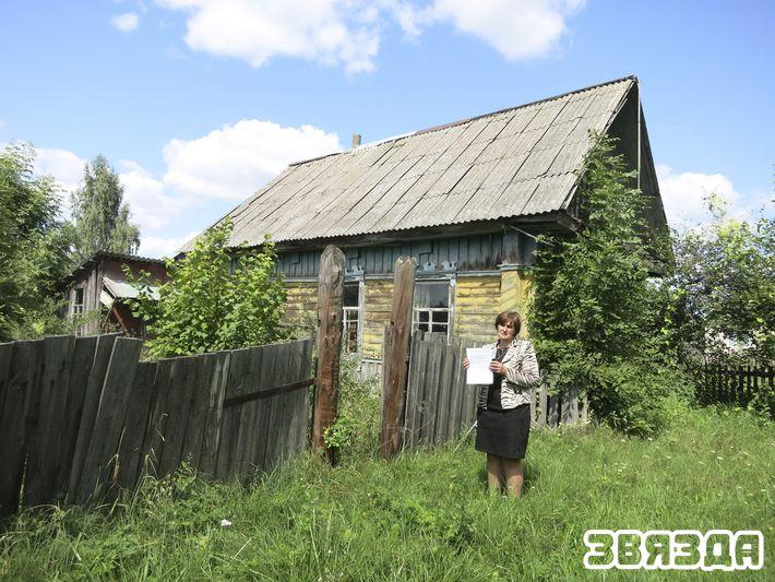 Наталля Лагуціна каля дома, які суд не пажадаў прызнаць пустуючым.