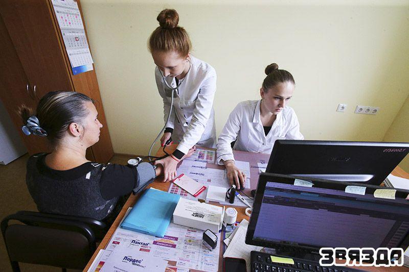 Молодые медики врач общей практики Юлия Просвирина (на фото справа) и помощник врача Кристина Усеня работают в 39-й минской поликлинике. Юлия окончила Витебский медицинский университет, а потом успешно окончила и ординатуру, а Кристина в этом году получила диплом Минского медицинского колледжа. Сейчас девушки работают в одной команде, и этот снимок сделан на их смене во время приема больных.