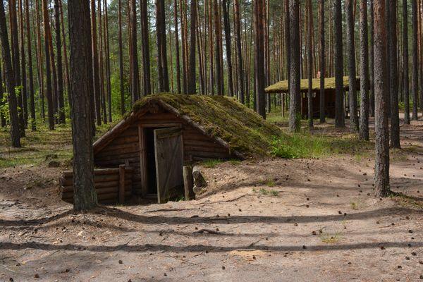 Партизанские землянки в мемориальном комплексе «Усакино» (реконструкция).