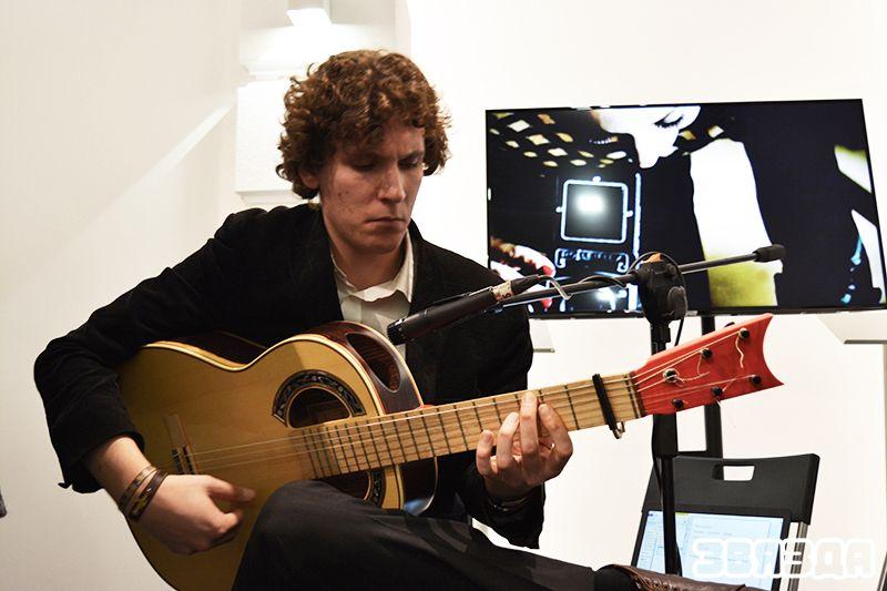 Наведвальнікі зацікавіліся і жывой музыкай. Гітарыст выконваў кампазіцыі з іспанскімі матывамі.