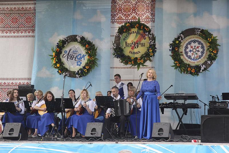 На сцэне ў цэнтры Маладзечна выступалі прафесійныя і аматарскія калектывы.