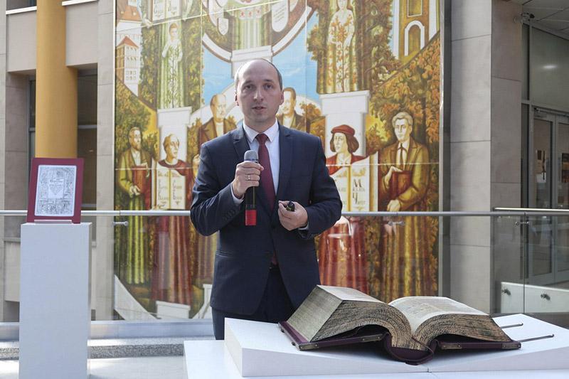 Алесь Суша чытае публічную лекцыю пра Берасцейскую Біблію.