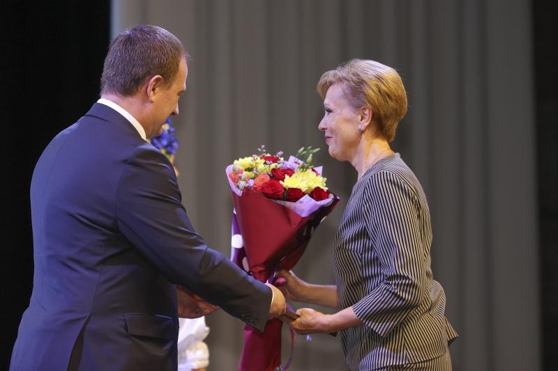 Председатель Минского облисполкома Александр Турчин награждает Жанну ГАРОН.
