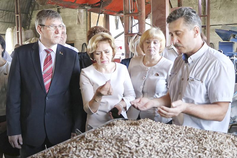 Дырэктар «ЛСМ Пелет» Уладзімір Грабко (справа) знаёміць старшынь райсаветаў  Гомельшчыны з прадукцыяй прадпрыемства.