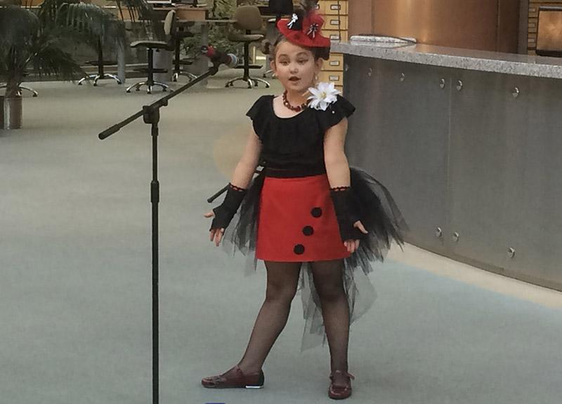 Марыя Булгакава з Брэста чытае народную казку «Ганарыстая варона».
