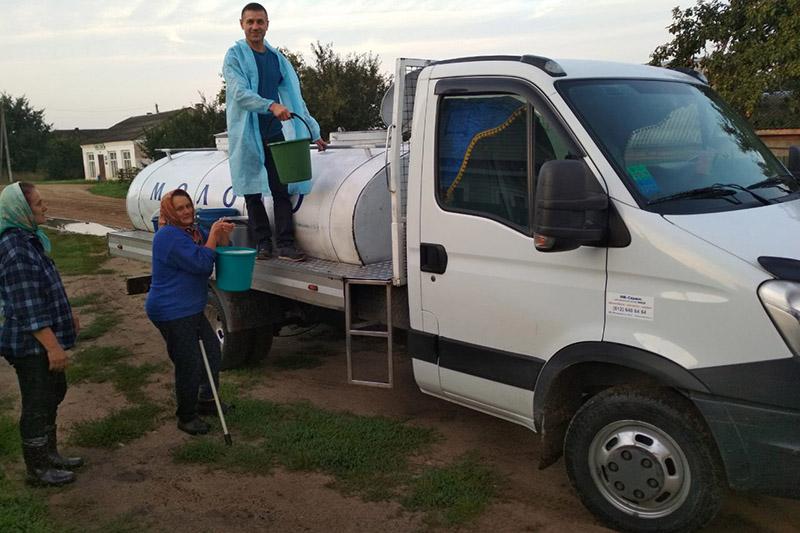 Виктор Фисько ведет прием молока у населения.