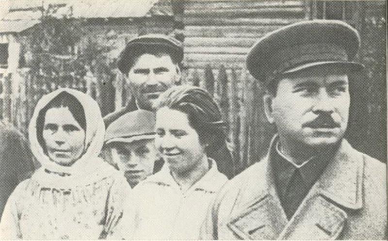 Александр Червяков (справа) с крестьянами.