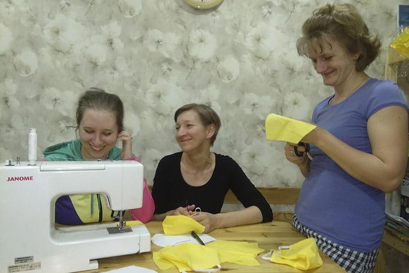 Александра Щелокова, Валентина Макарчик и Алла Русакович готовятся шить вторую партию масок.