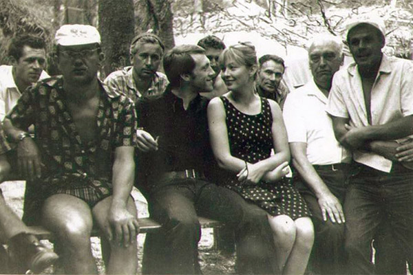 Першы рад: Алесь Адамовіч, Уладзімір Высоцкі, Марына Уладзі, першы справа Віктар Тураў.