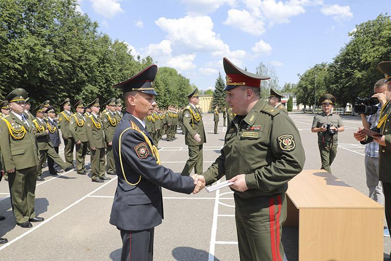 Дыпломы ўручае міністр абароны генерал-маёр Віктар Хрэнін.