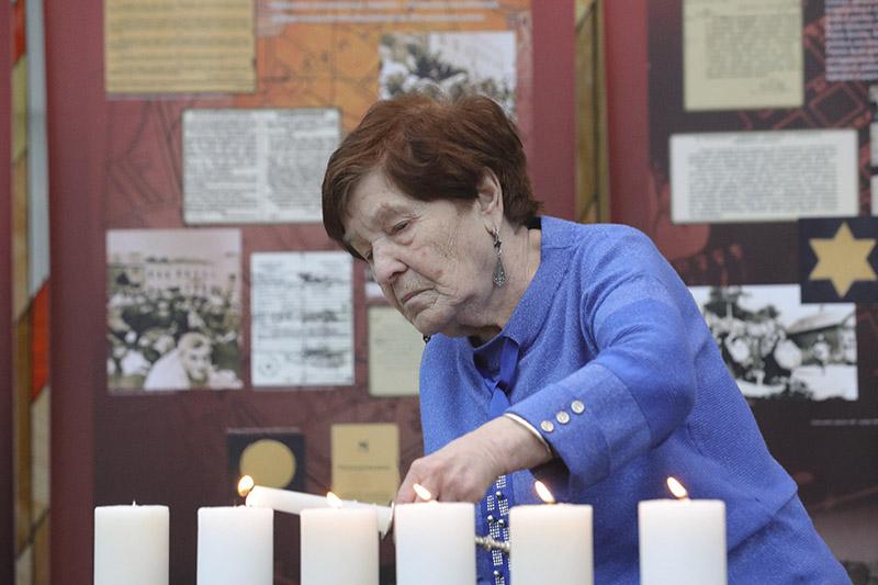 Былая вязніца мінскага гета, старшыня дабрачыннага грамадскага аб'яднання «Гілф» Фрыда Рэйзман падчас цырымоніі запальвання свечак.