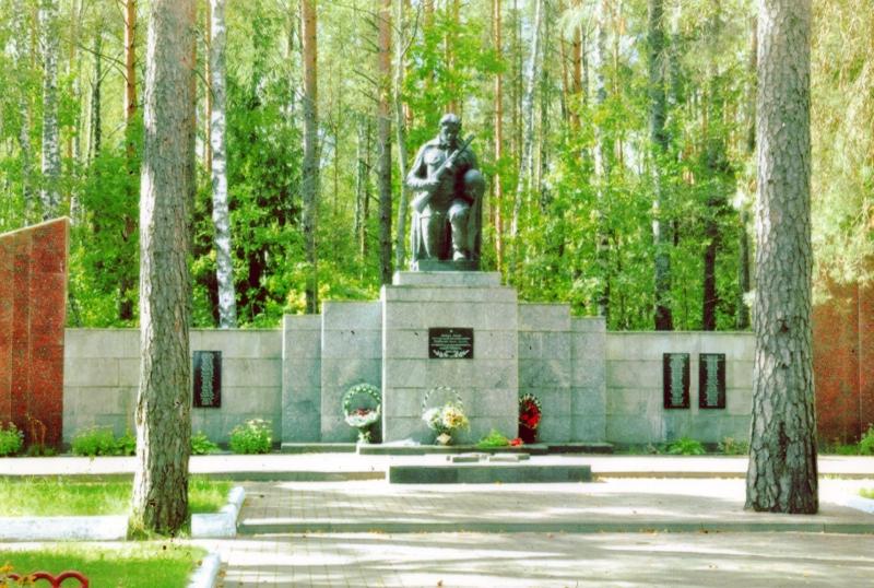 Мемарыял загiнулым партызанам ва Усакiнскiм лесе.