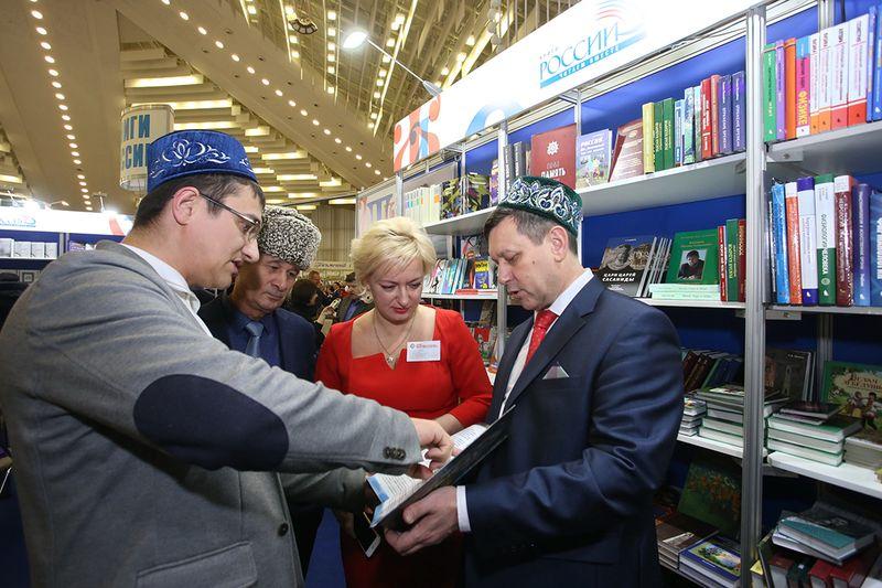 Удзельнікі з Татарстана сёлета дзеляцца досведам прасоўвання сваёй літаратуры на радзіме і за мяжой. Фота Кастуся Дробава.