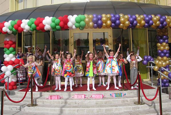 Урачыстае адкрыццё сямейнага цэнтра і песенна-танцавальныя віншаванні.